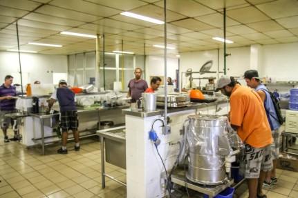 Trabalhadores no refeitório da Mabe em Hortolândia, SP